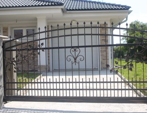 Kovaná brána a bránka